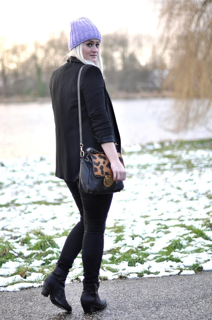 outfit mango blazer acne pistol boots black beanie