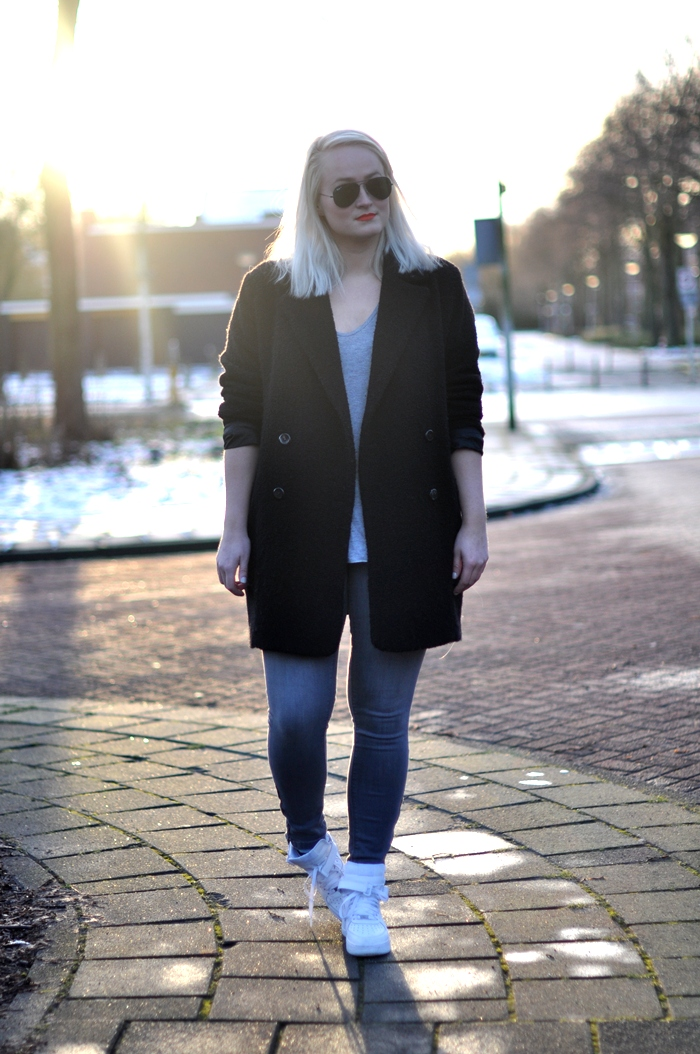 outfit nike air force one sneakers mango coat rayban