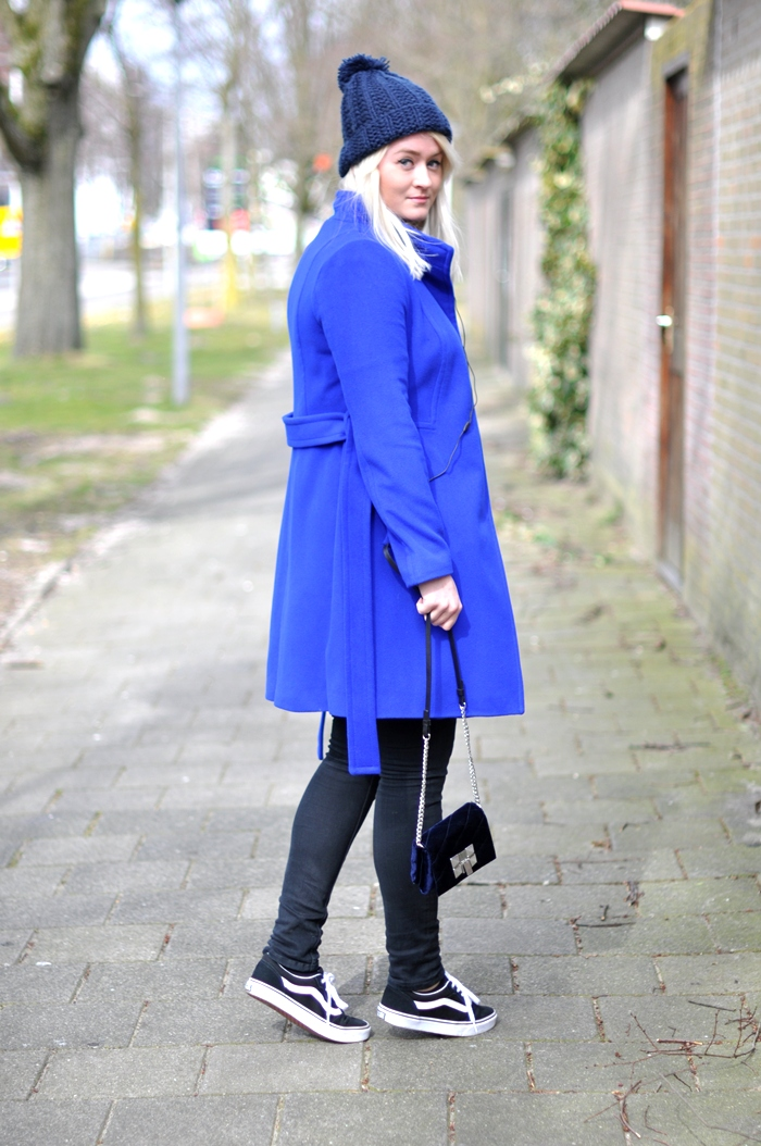 с чем носить синее пальто до колена фото