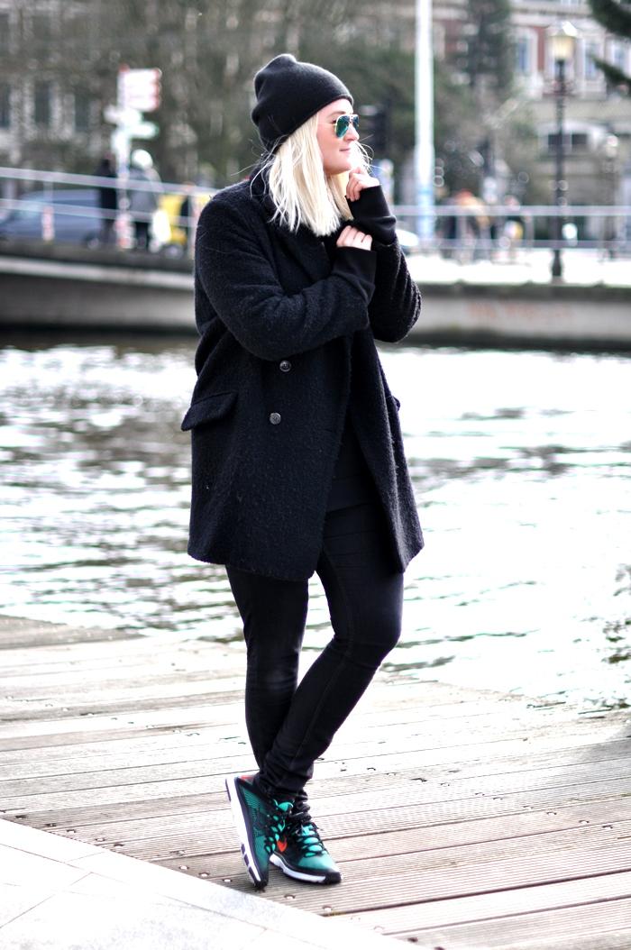 outfit all black nike free mango coat beanie rayban
