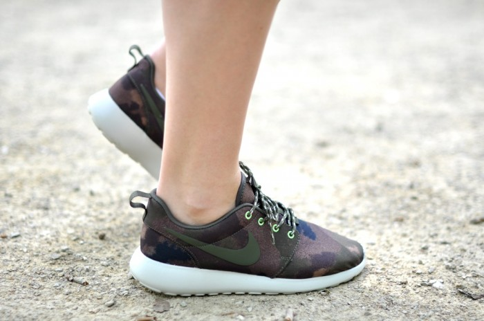 outfit all black nike roshe run camo sneakers (4)