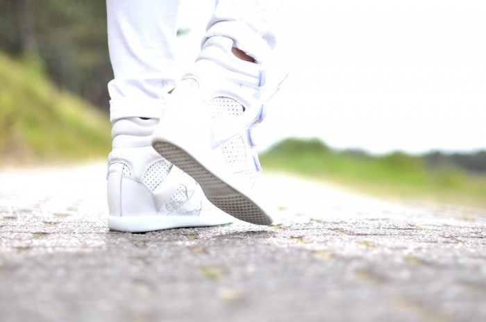 outfit sffte silk coat isabel marant brian sneakers ray ban white jeans (4)