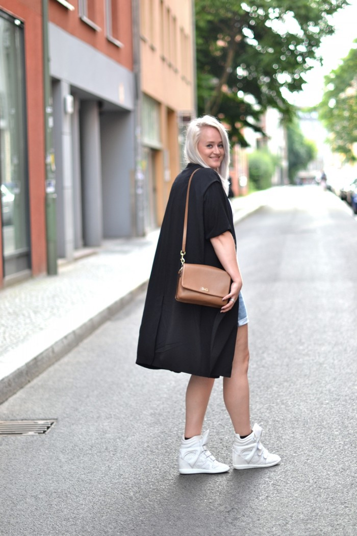 outfit denim shorts isabel marant sneakers silk coat (2)