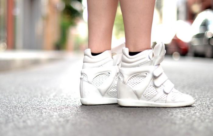 outfit denim shorts isabel marant sneakers silk coat (5)