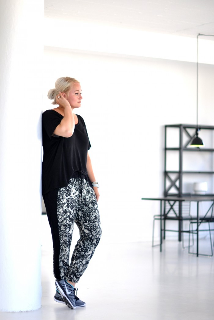travel outfit nike flyknit marble trousers loose tee (2)