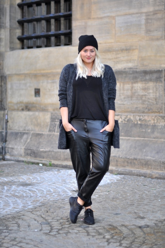 OUTFIT BAGGY LEATHER TROUSERS NIKE ROSHE METRIC HM TREND MOHAIR VEST COS BEANIE GANNI BAG (2)
