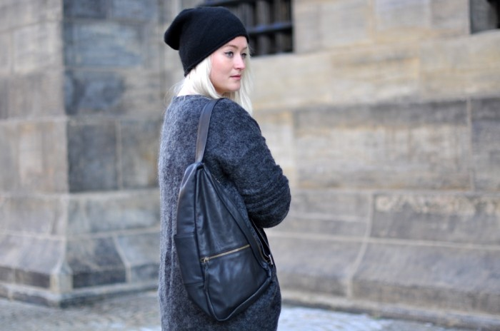 OUTFIT BAGGY LEATHER TROUSERS NIKE ROSHE METRIC HM TREND MOHAIR VEST COS BEANIE GANNI BAG (4)