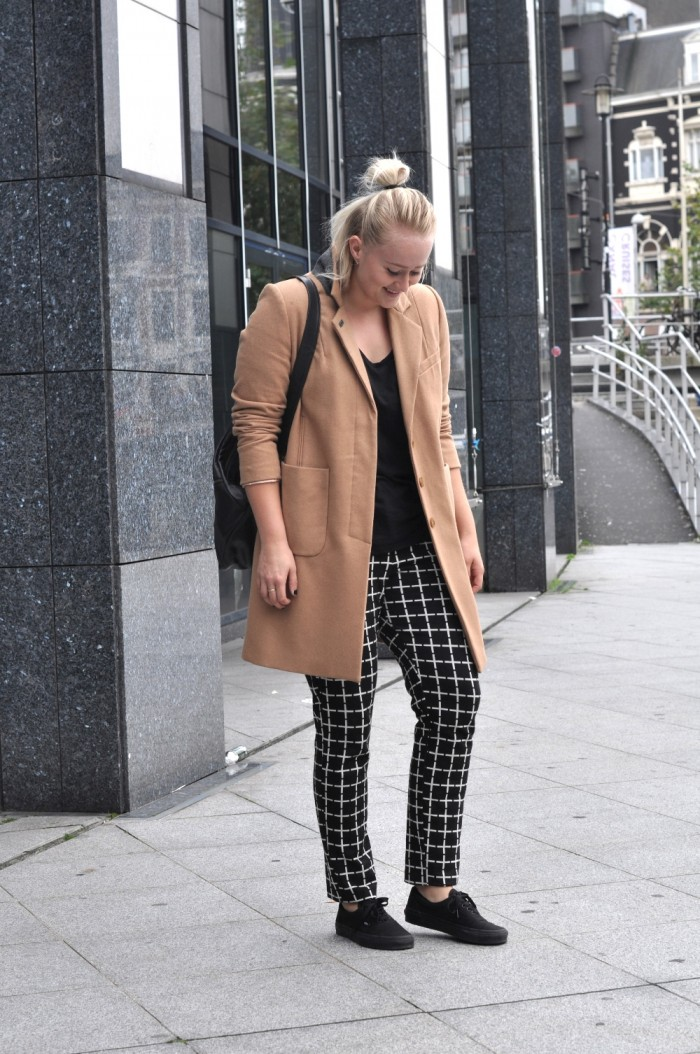 OUTFIT CAMEL COAT HM TREND BLACK VANS CHECKERED TROUSERS ASOS GANNI BAG (3)