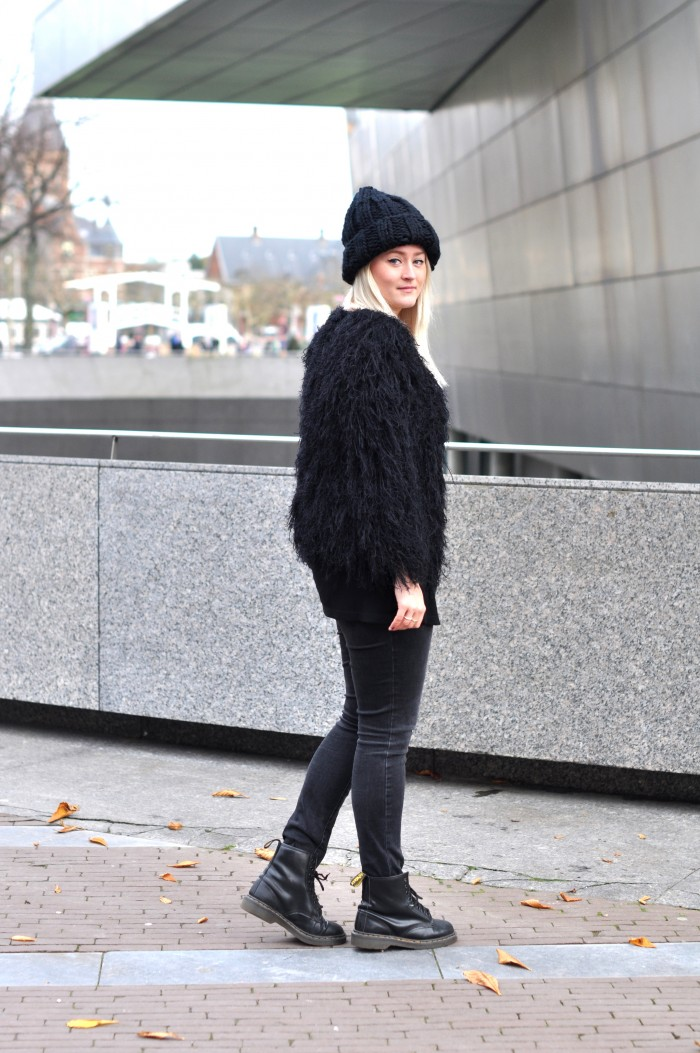OUTFIT ALLBLACK COMEGETFASHION FLUFFY CARDIGAN LARGE BEANIE DR MARTENS (2)