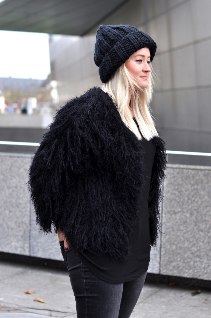 OUTFIT ALLBLACK COMEGETFASHION FLUFFY CARDIGAN LARGE BEANIE DR MARTENS (4)