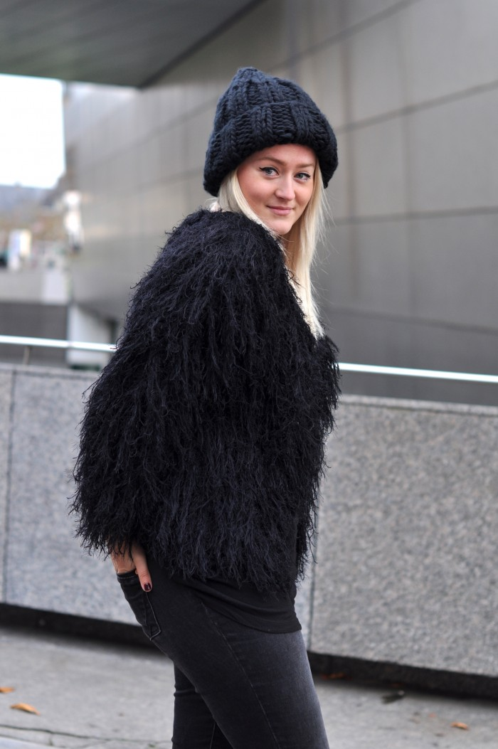 OUTFIT ALLBLACK COMEGETFASHION FLUFFY CARDIGAN LARGE BEANIE DR MARTENS (5)