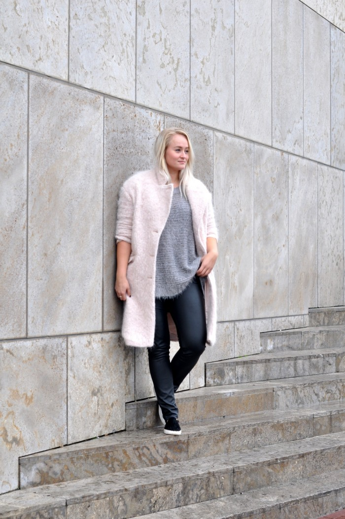 OUTFIT PINK FLUFFY COAT PONYHAIR SLIPONS LEATHER TROUSERS (1)