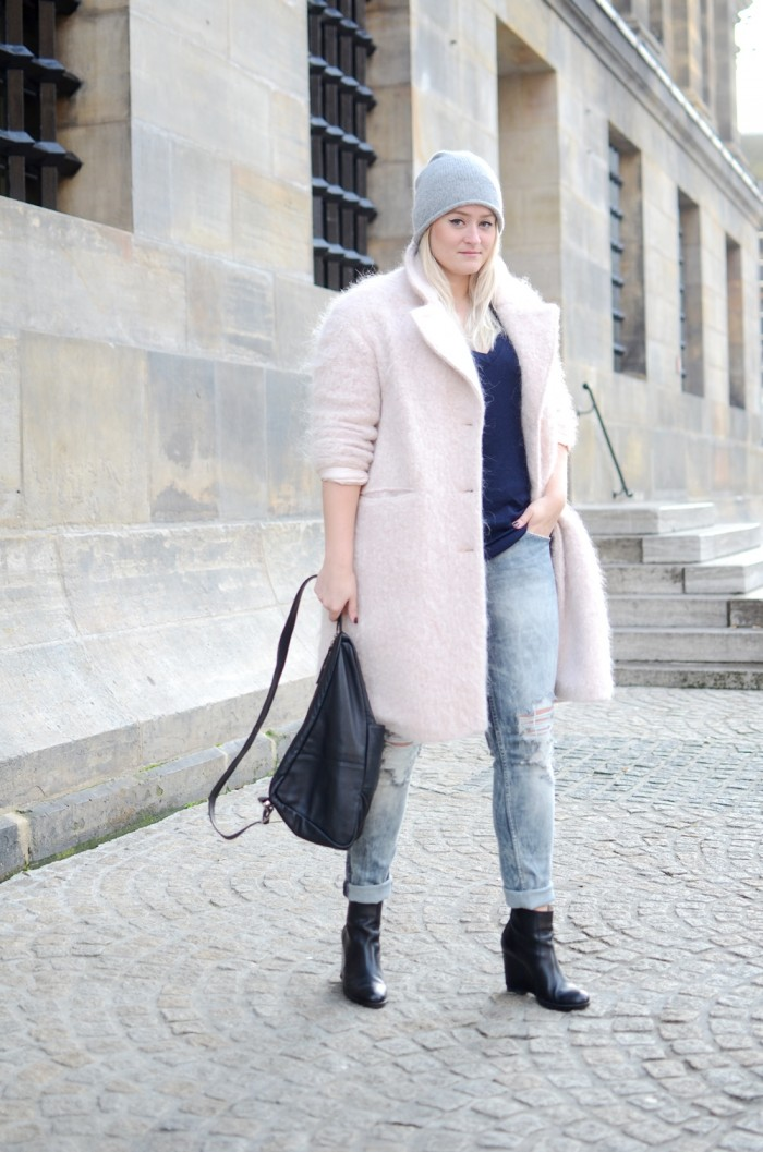 OUTFIT PINK FLUFFY COAT RIPPED JEANS GANNI BAG MINIMARKET WEDGE BOOTS (2)