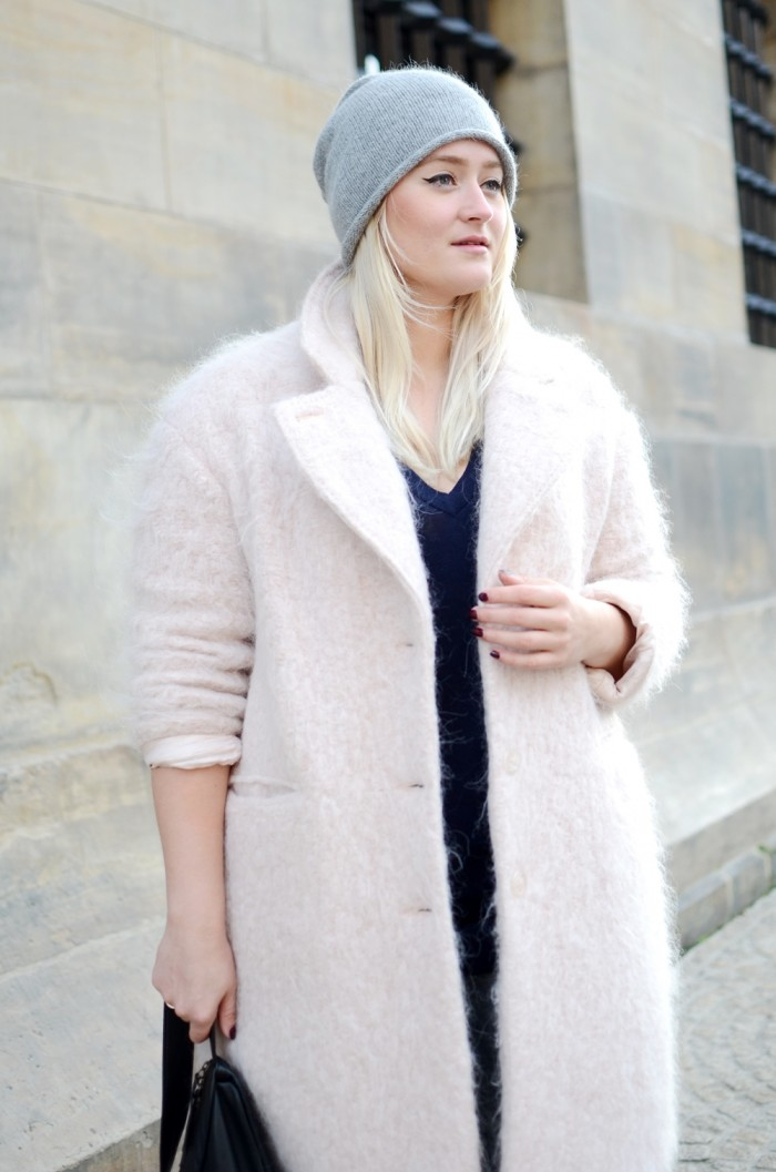 OUTFIT PINK FLUFFY COAT RIPPED JEANS GANNI BAG MINIMARKET WEDGE BOOTS (3)