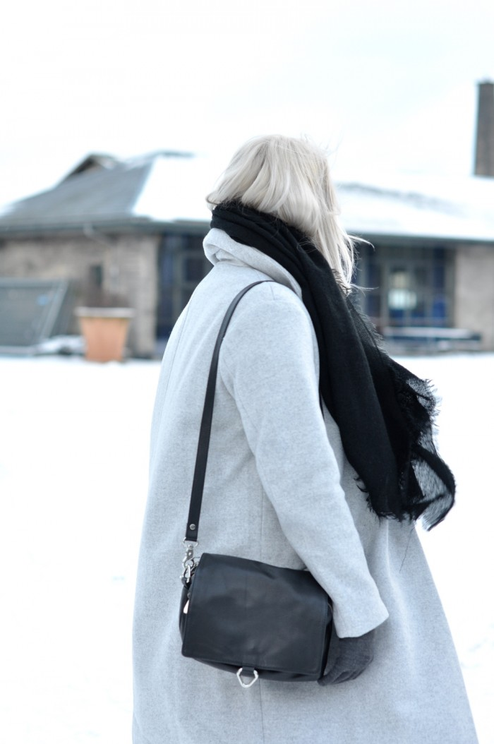 OUTFIT GREY COAT COPENHAGEN DR MARTENS AND OTHER STORIES LEATHER BAG (4)