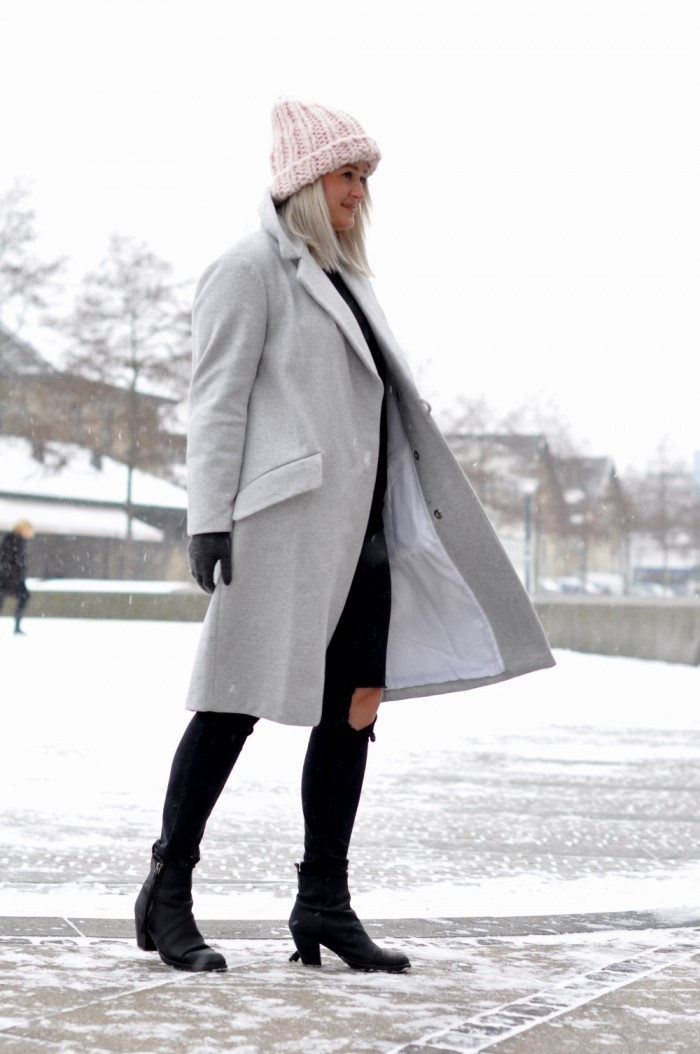 OUTFIT COPENHAGEEN GREY COAT ACNE PISTOL BOOTS PINK BEANIE (1)