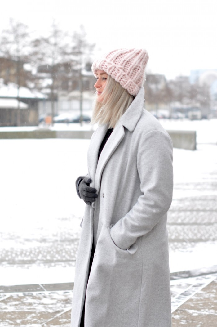 OUTFIT COPENHAGEEN GREY COAT ACNE PISTOL BOOTS PINK BEANIE (3)