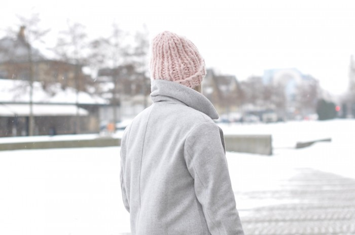 OUTFIT COPENHAGEEN GREY COAT ACNE PISTOL BOOTS PINK BEANIE (4)