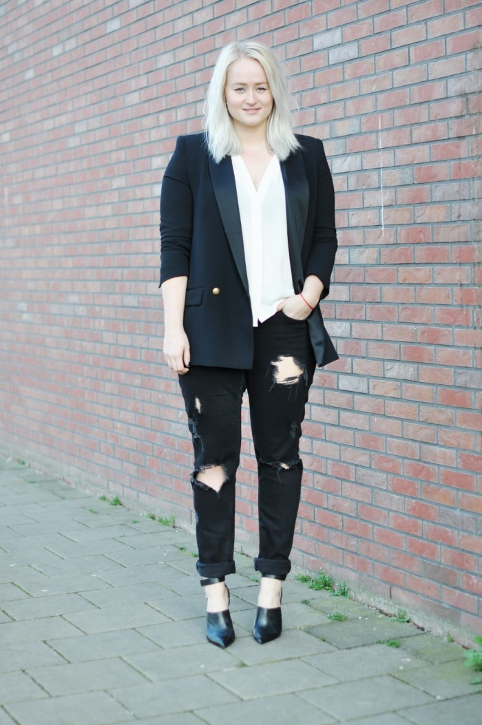 OUTFIT CLASSIC BLACK AND WHITE RIPPED JEANS ZARA MULES HEELS WHITE BLOUSE BAGGY JEANS H&M (3)