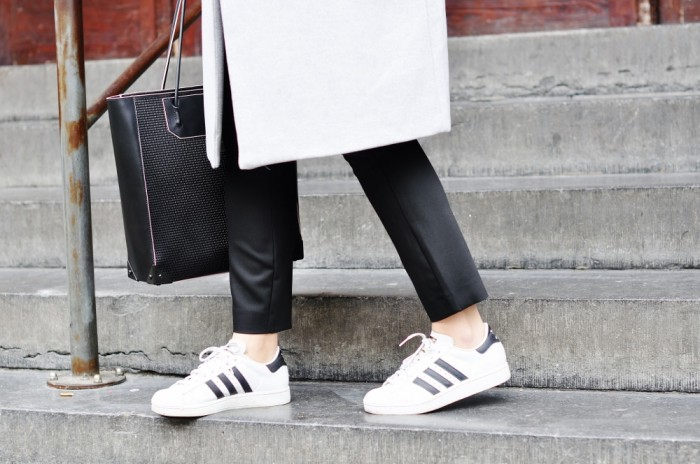 OUTFIT GREY OVERSIZED COAT ADIDAS SUPERSTAR SNEAKERS CHICKSONKICKS ALEXANDER WANG PRISMA TOTE (1) (1000x664)