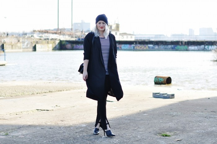 OUTFIT SILK COAT MULES HEELS ZIPPER TROUSERS ZARA H&M TREND ALL BLACK BEANIE COS (5)
