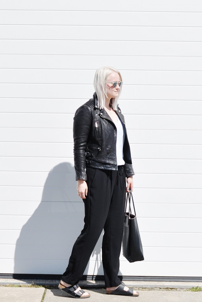 OUTFIT LEATHER JACKET THE KOOPLES BUBBLE LOOSE TROUSERS BIRKENSTOCKS ARIZONA ALEXANDER WANG TOTE PRISMA (3)