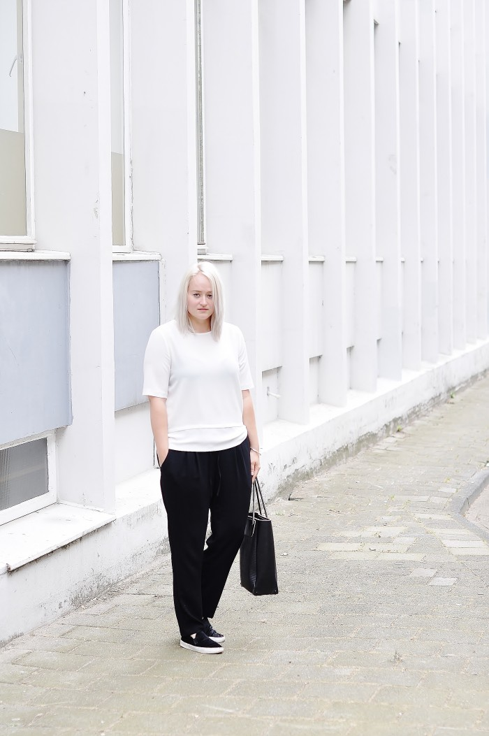 OUTFIT MONOCHROME H&M TREND LOOSE TROUSERS SLIPONS ALEXANDER WANG PRISMA TOTE (2)