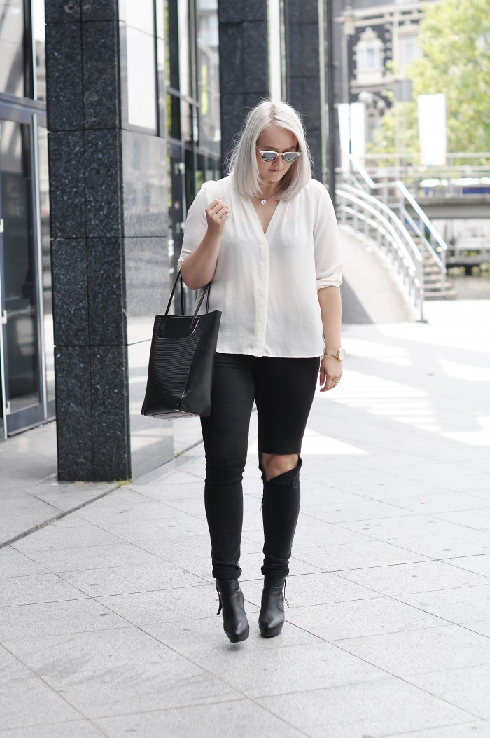 OUTFIT RIPPED JEANS ALEXANDER WANG PRISMA TOTE ACNE TRACK BOOTS RAYBAN CLUBMASTER (1)