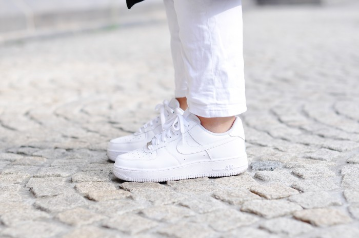 OUTFIT WHITE BAGGY JEANS NIKE AIR FORCE 1 SNEAKERS BLUE SHIRT MANGO OVERSIZED COAT MONKI (1)