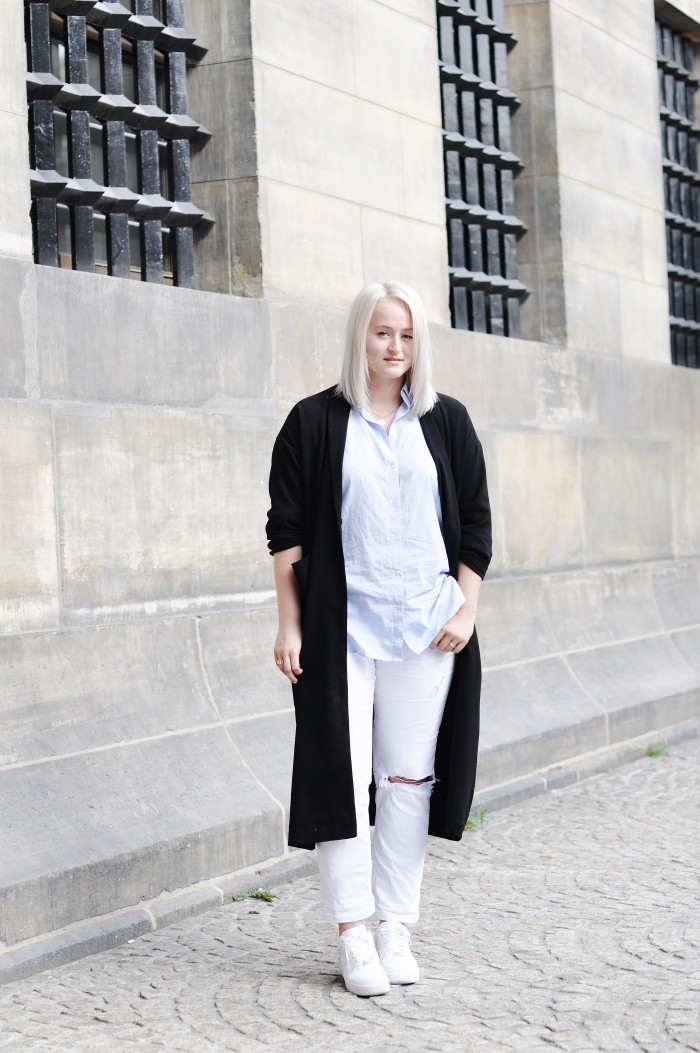 OUTFIT WHITE BAGGY JEANS NIKE AIR FORCE 1 SNEAKERS BLUE SHIRT MANGO OVERSIZED COAT MONKI (2)