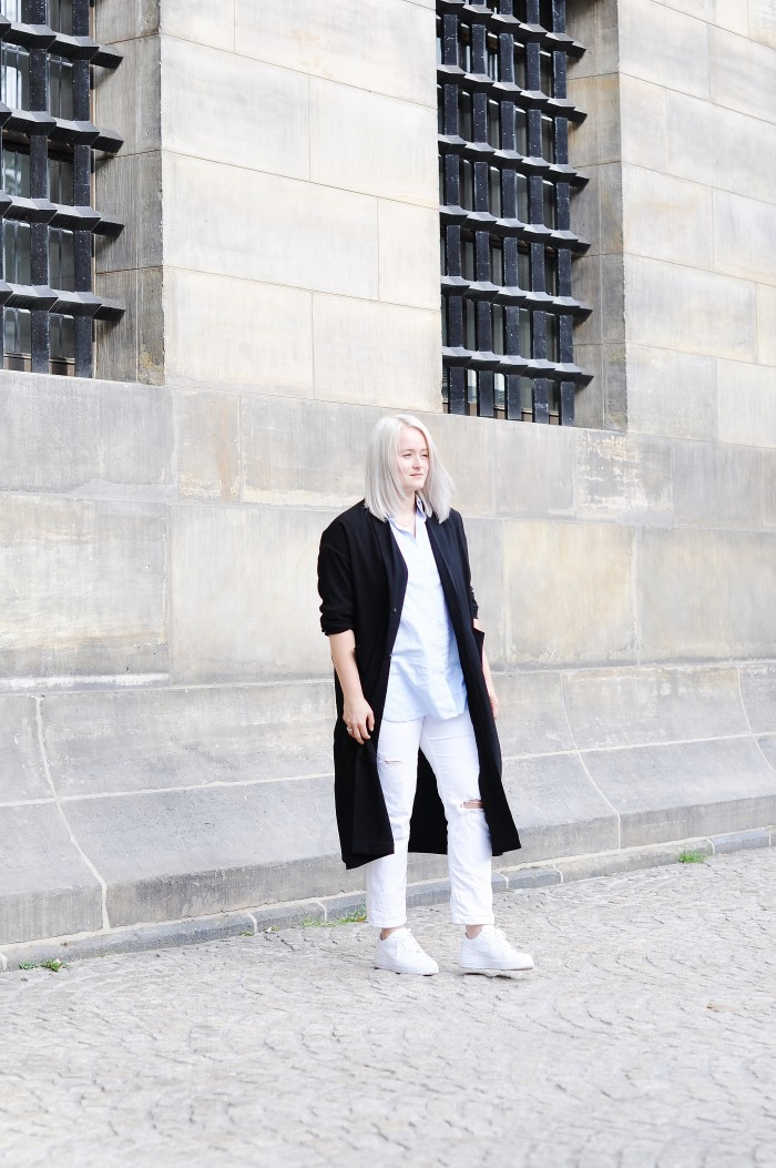 OUTFIT WHITE BAGGY JEANS NIKE AIR FORCE 1 SNEAKERS BLUE SHIRT MANGO OVERSIZED COAT MONKI (3)