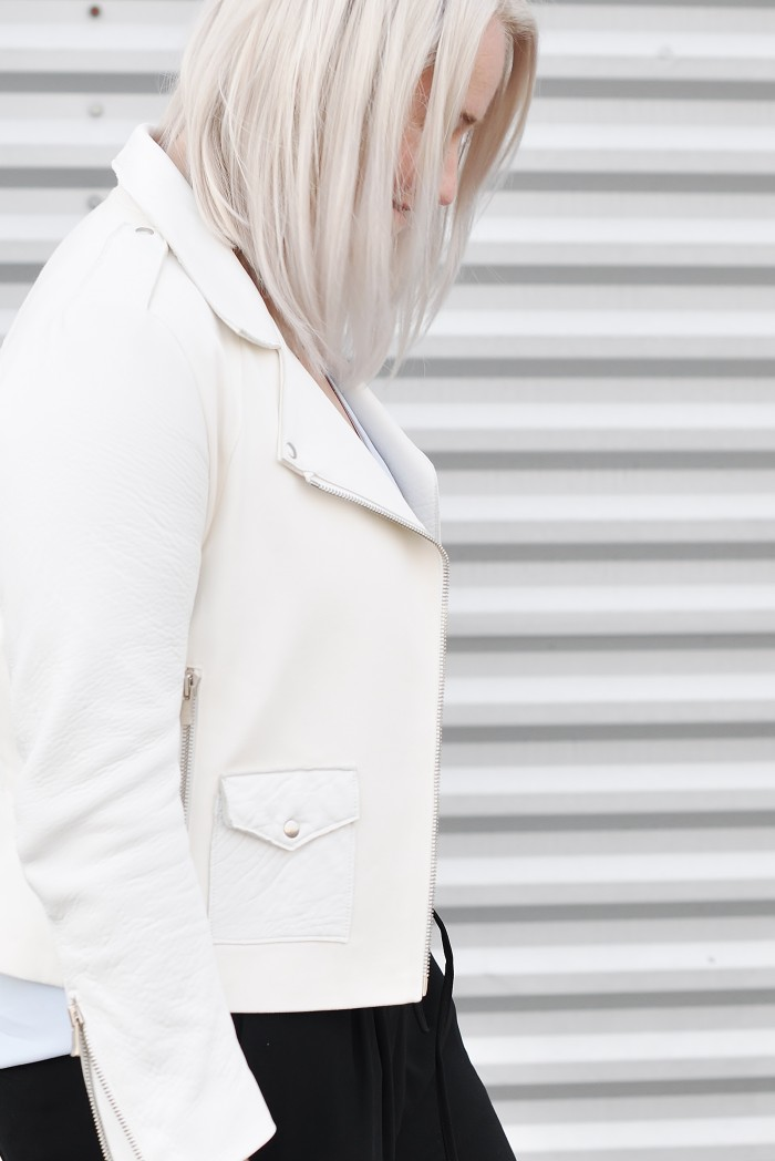 OUTFIT WHITE LEATHER JACKET SANDRO NIKE AIR FORCE 1 SNEAKERS LOOSE TROUSERS (1)