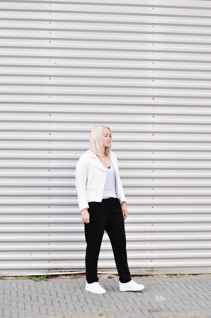 OUTFIT WHITE LEATHER JACKET SANDRO NIKE AIR FORCE 1 SNEAKERS LOOSE TROUSERS (2)