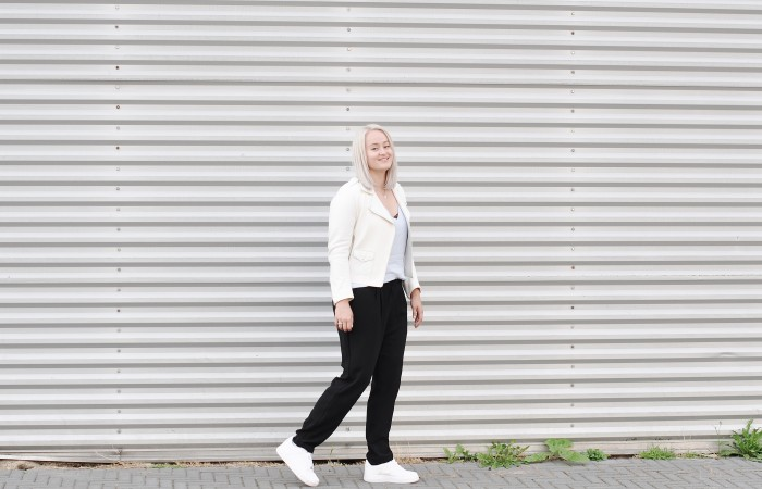 OUTFIT WHITE LEATHER JACKET SANDRO NIKE AIR FORCE 1 SNEAKERS LOOSE TROUSERS (3)