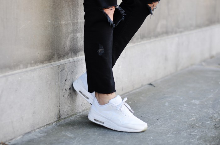 OUTFIT RIPPED JEANS NIKE AIR MAX 1 GLOW IN THE DARK LEATHER JACKET H&M TREND (1)