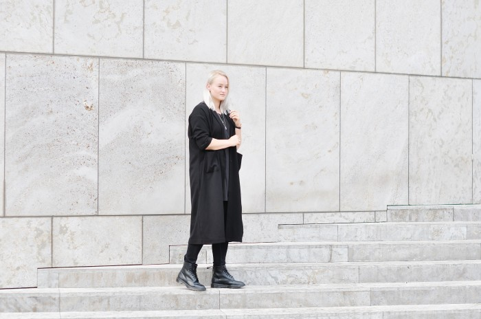 OUTFIT ALLBLACK DR MARTENS MONKI COAT SFFTE SIXFEETFROMTHEEDGE FASHIONOLOGY (3)
