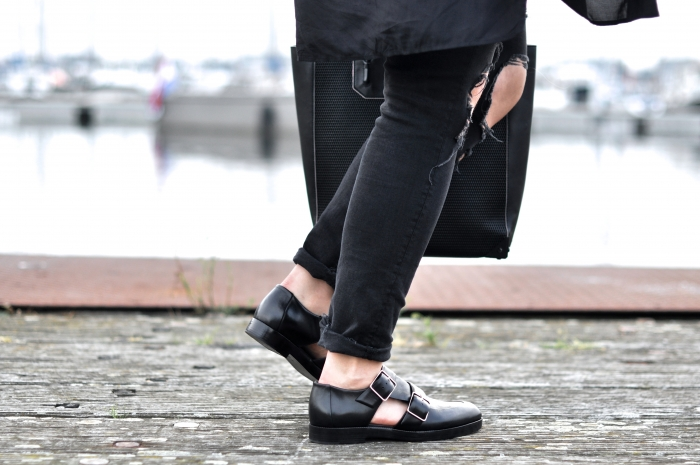 OUTFIT ALL BLACK ALEXANDER WANG MONK SHOES PRISMA TOTE RAY BAN ROUND